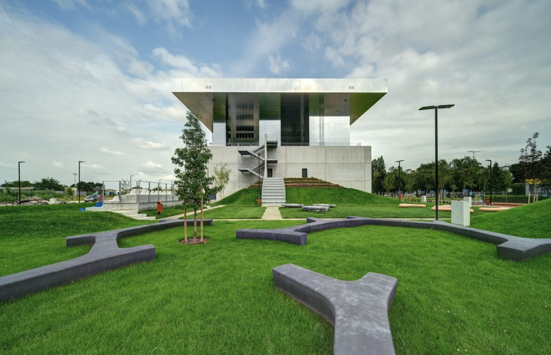 «Отражение» архитектурных тенденций. Зеркало в экстерьере и интерьере